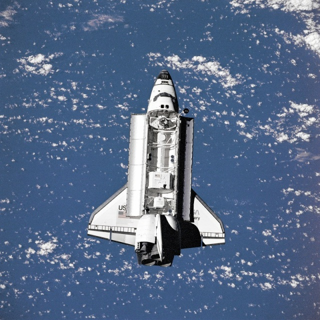 space-shuttle-discovery-approaching-mir